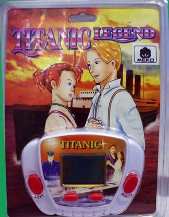 pequeño juguete con el nombre de Titanic la leyenda