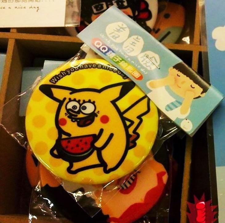estropajo con la figura de pikachu de pokemón con la cara de bob esponja