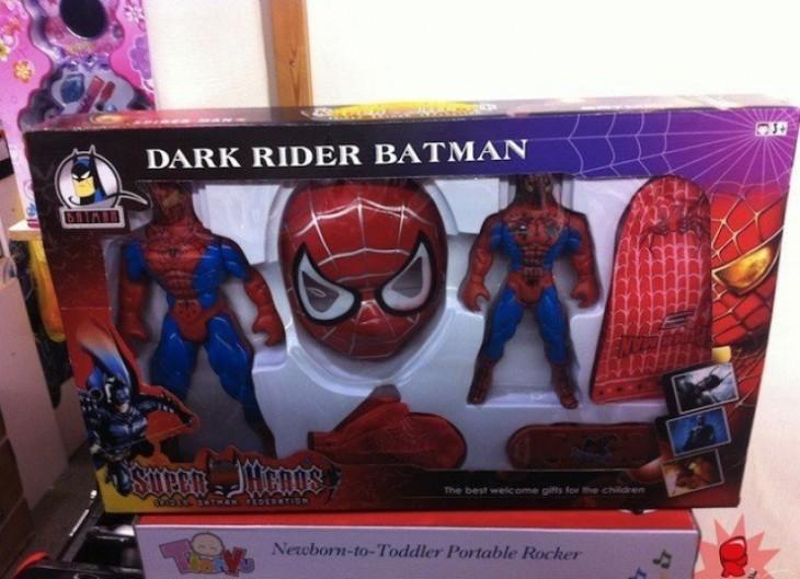 empaque de un juguete de spiderman con el nombre que dice Dark Rider Batman