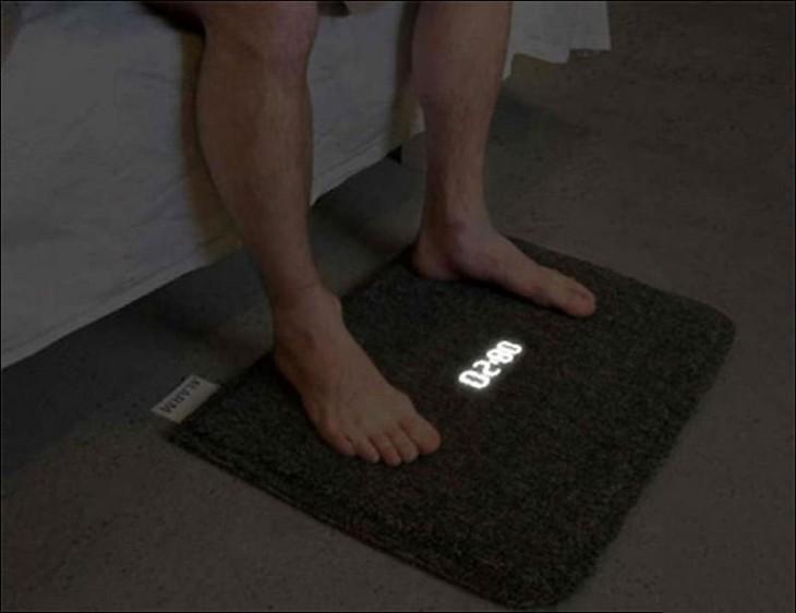 Pies de una persona sobre una alfombra que es reloj
