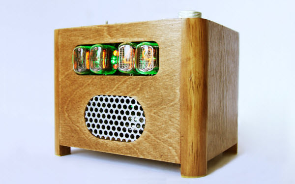 Reloj en forma de una caja de madera con unos cuadros de números