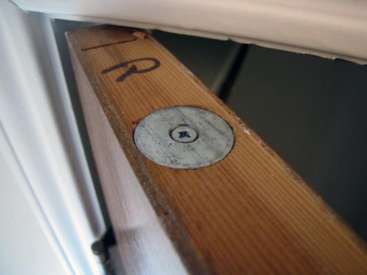 puerta con lugar secreto para guardar cosas pequeñas como dinero