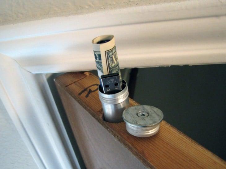 puerta con escondite secreto para guardar dinero