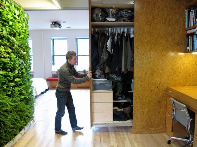 closet de pared en un departamento pequeño