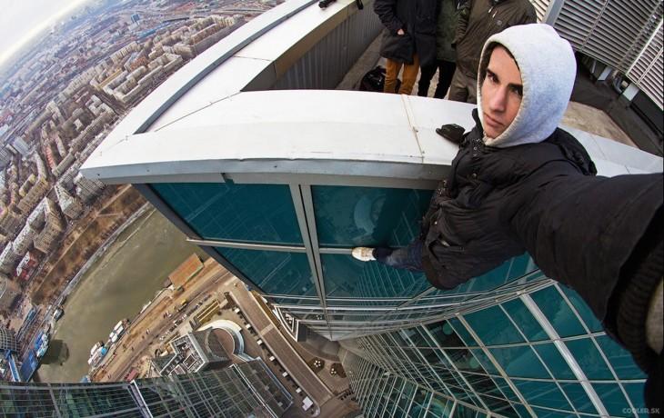 selfie de un chico arriba de un edificio muy alto