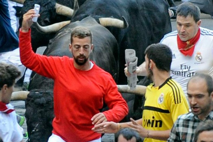 Hombre tomándose una selfie durante un evento de toros en España