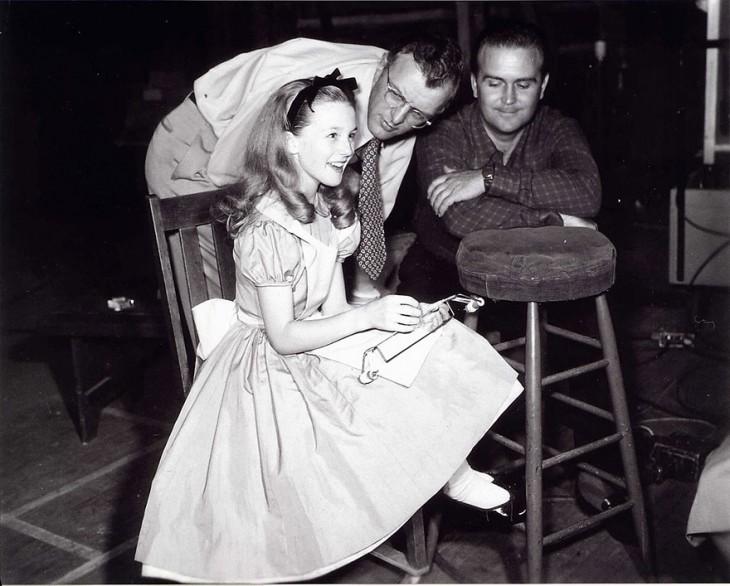 Kathryn Beaumont junto a los dibujantes de Disney