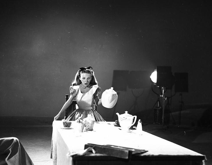 Kathryn Beaumont en la escena del té de alicia en el país de las maravillas