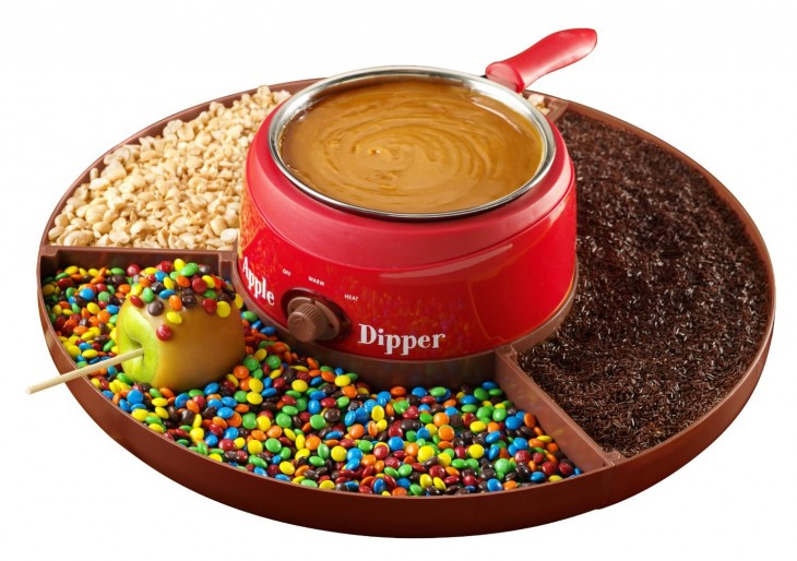 máquina fabricante de caramelo con dulces alrededor