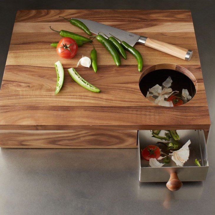 tabla para picar de madera con un cajón especial para residuos