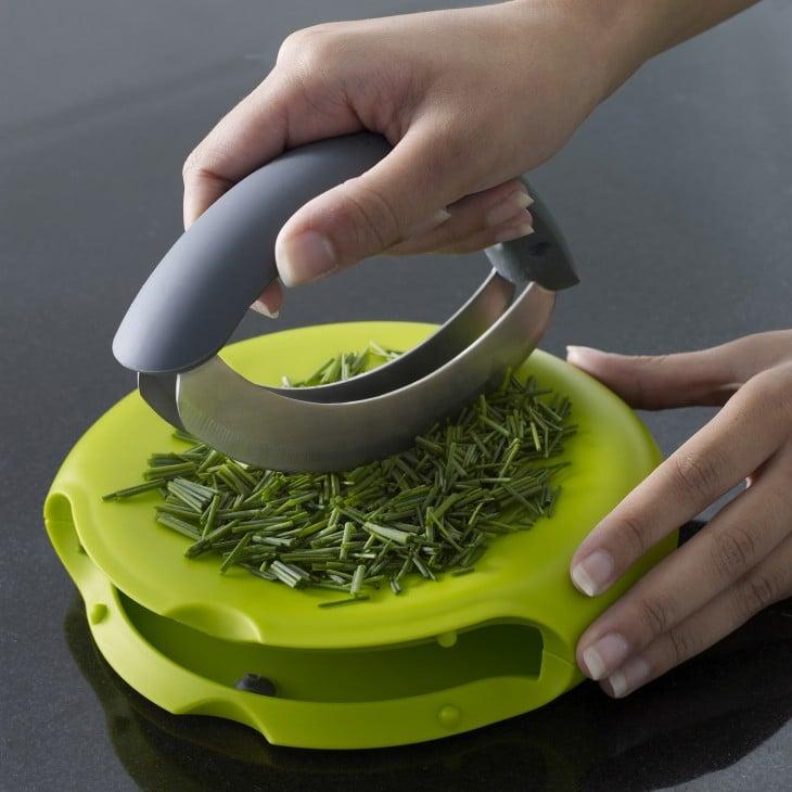 utensilio ideal para cortar hierbas
