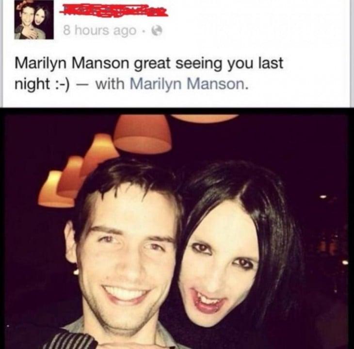 Homem fotografia tirada com uma Marilyn Manson falsa