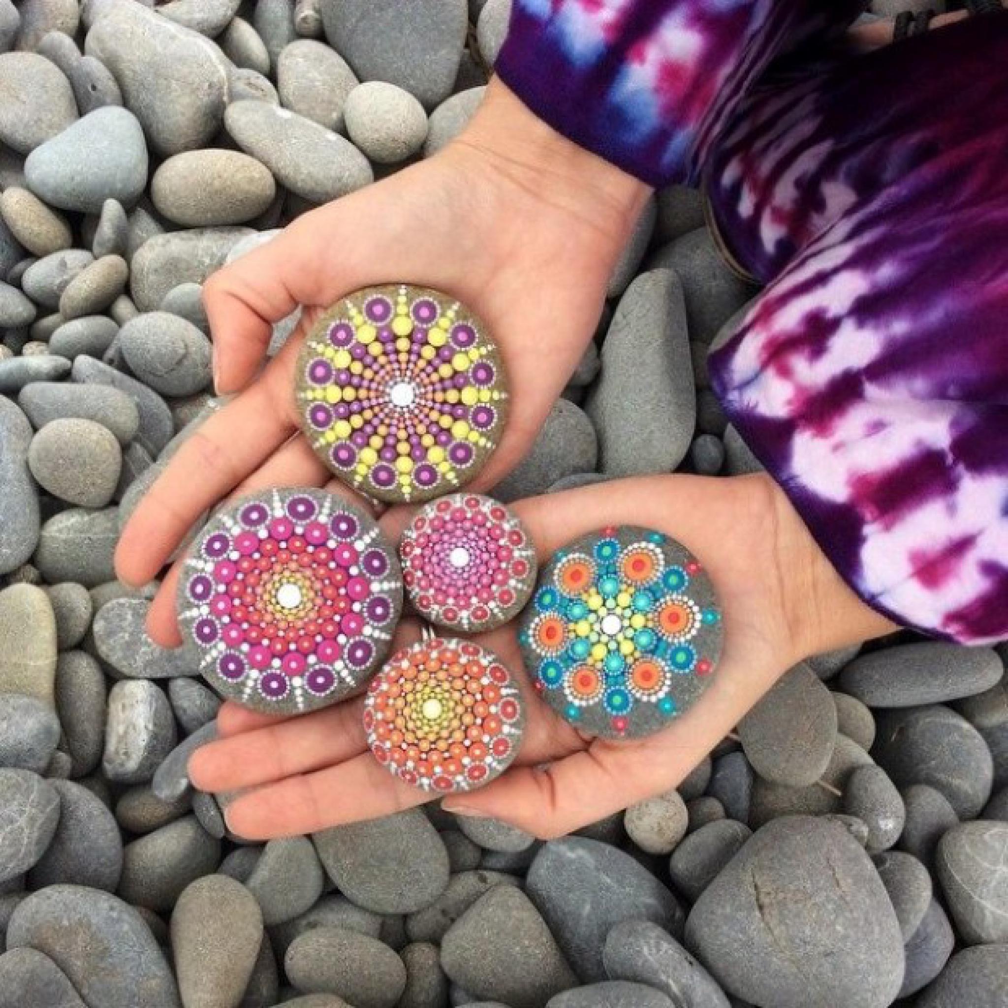 Esta Artista Convierte En Hermosos Mandalas A Las Rocas
