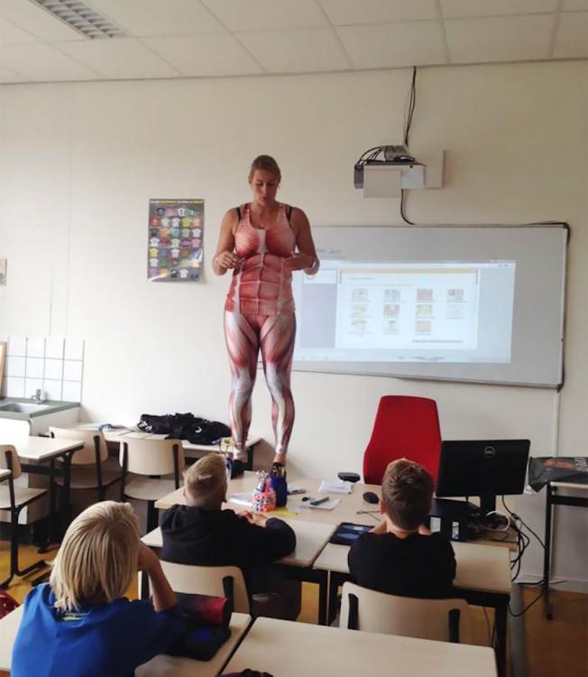 maestra muestra el sistema muscular con traje de spandex
