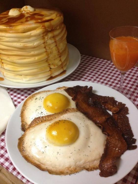 pastel en forma de desayuno con huevos estrellados, tocino y hot cakes