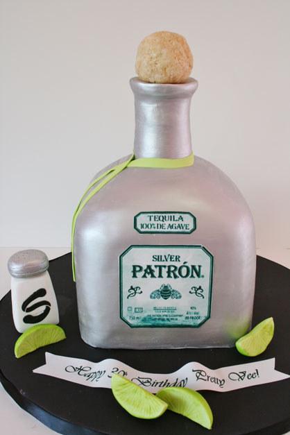 pastel en forma de botella de tequila con limón y sal