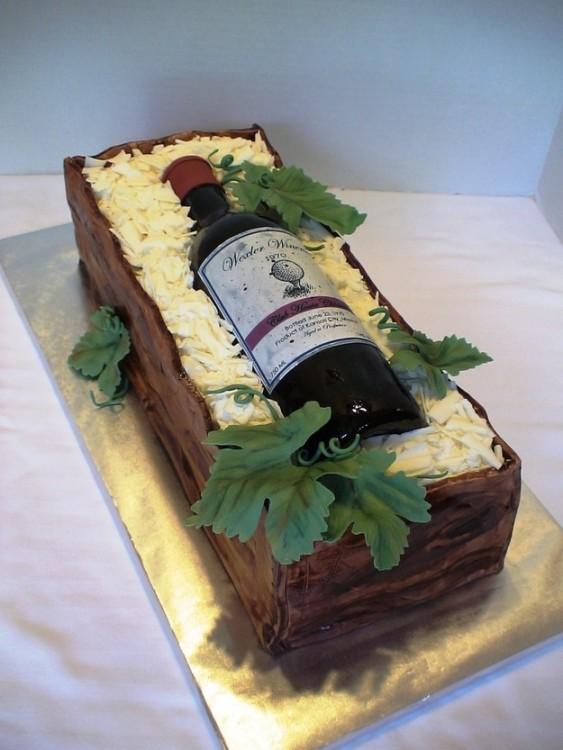 Pastel en forma de caja con una botella de vino