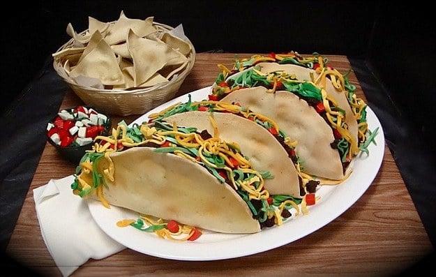 Pastel en forma de tacos con verdura, pico de gallo y totopos