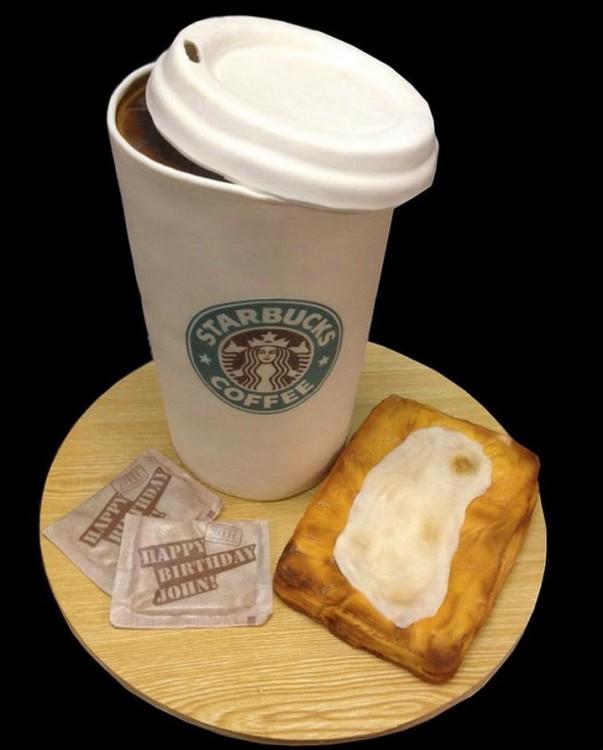 Pastel con la forma de un cafe de Starbucks y unos sobres de azúcar