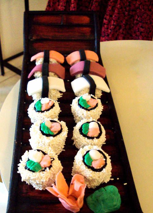 pastel en forma de un plato con sushi encima