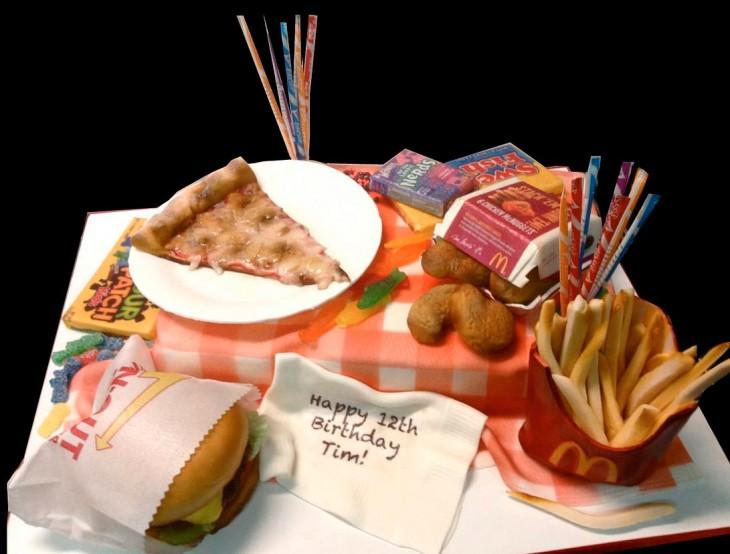 pastel en forma de pizza, hamburguesa, papas fritas y dulces