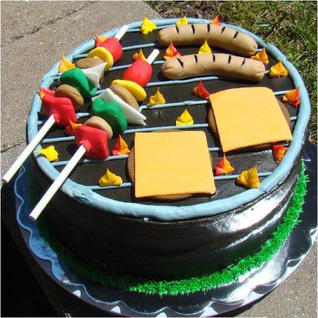 pastel en forma de un asador con algunas salchichas y queso amarillo encima