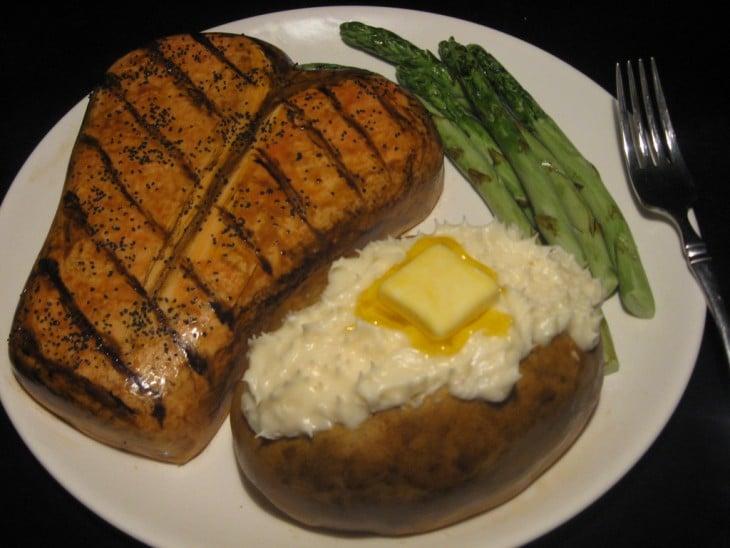 pastel con la forma de un plato con carne y papa con mantequilla