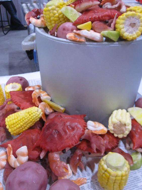 pastel en forma de una olla con cangrejos y elotes