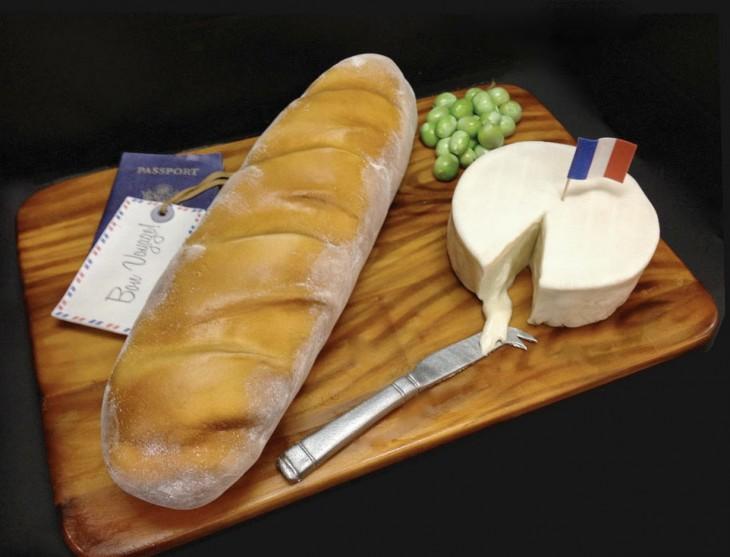 pastel con la forma de un pan y queso