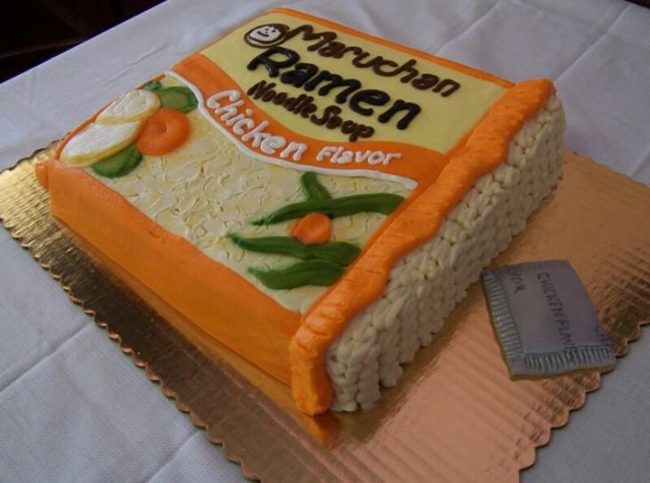 pastel con la forma de una sopa instantánea Maruchan