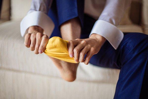 una persona poniéndose un calcetín