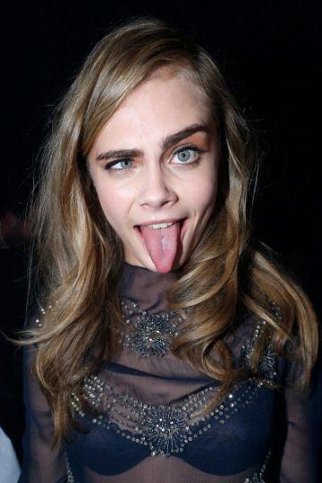 Cara delevinge haciendo con un ojo cerrado y sacando la lengua
