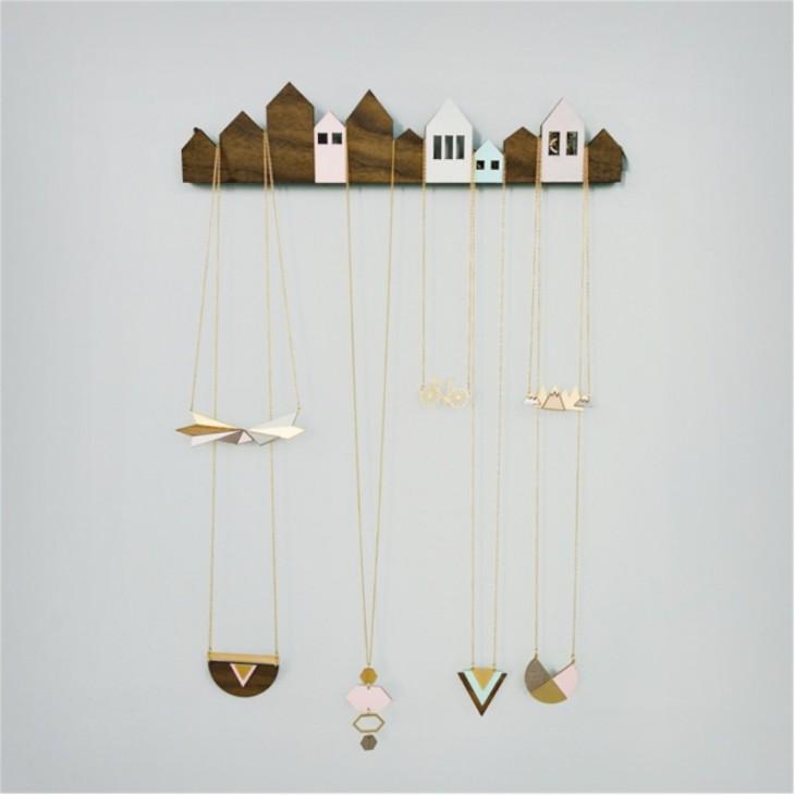 estante organizador para collares en forma de casas