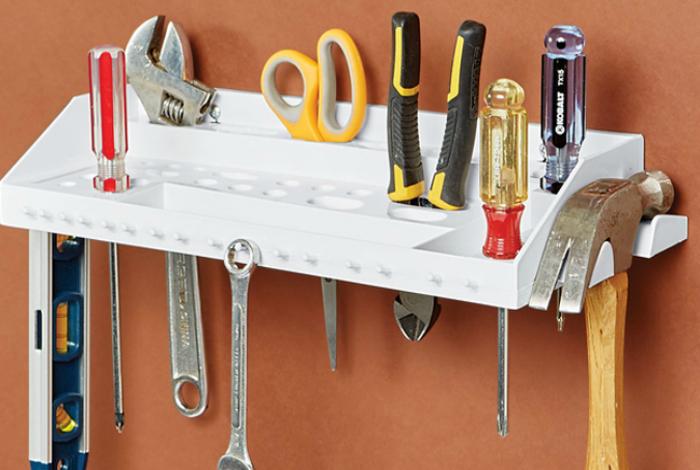 organizador de herramientas pegado en la puerta de un mueble