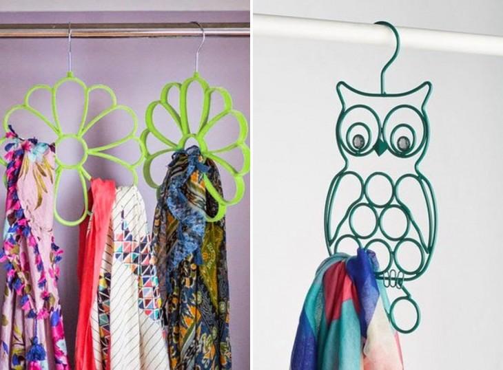 ganchos en forma de flor y búho ideales para acomodar bufandas en el closet