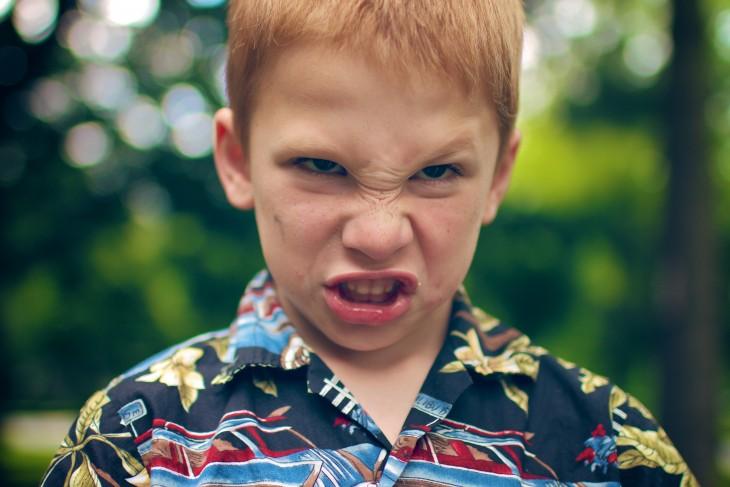 cara de un niño pelirrojo enojado