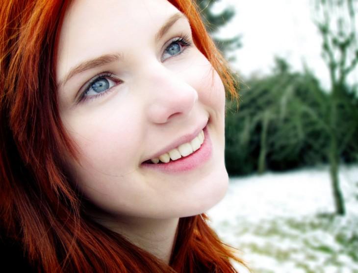 cara de una chica pelirroja con ojos azules