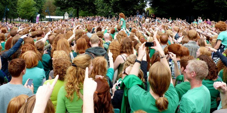Multitud de personas pelirrojas reunidas