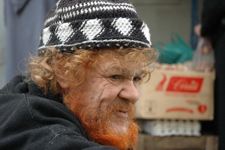 Hombre anciano pelirrojo con un gorro de vagabundo