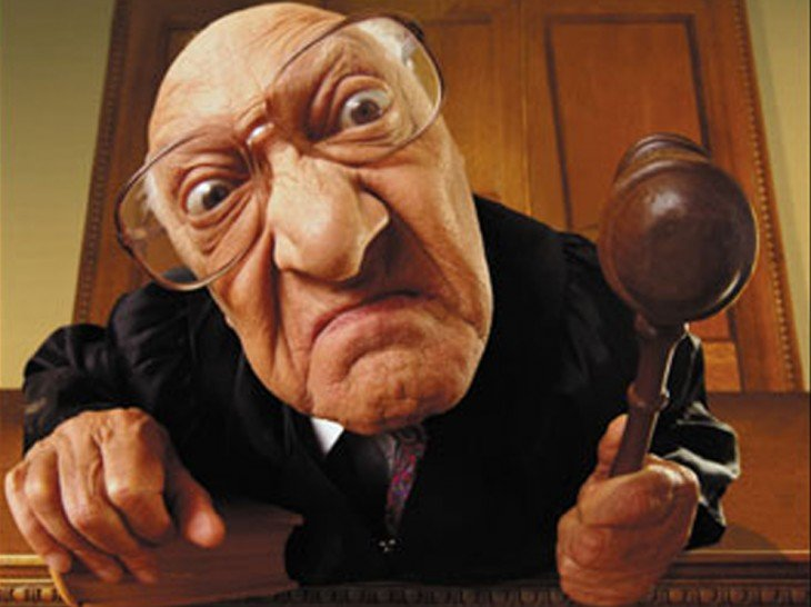cara de un juez muy enojado y demasiado cerca