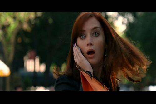 cara de una mujer sorprendida hablando por teléfono