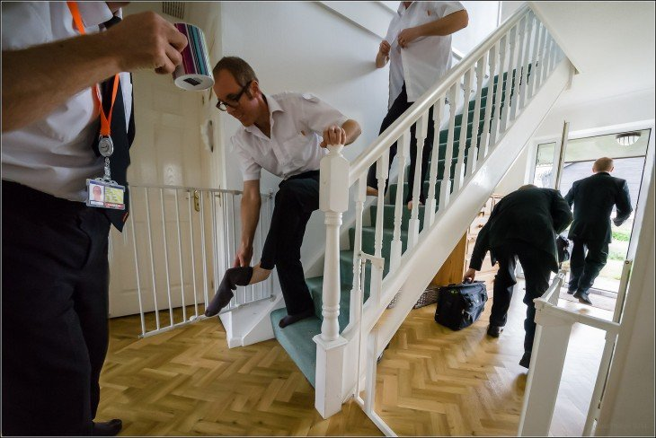 una persona corriendo por las escaleras saliendo tarde