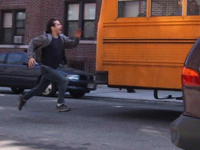 escena de la película de Spider Man donde peter pierde el autobús