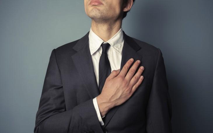 foto de un chico con su mano en el pecho prometiendo algo