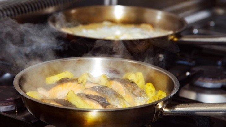 cacerola cociendo cáscaras de limón