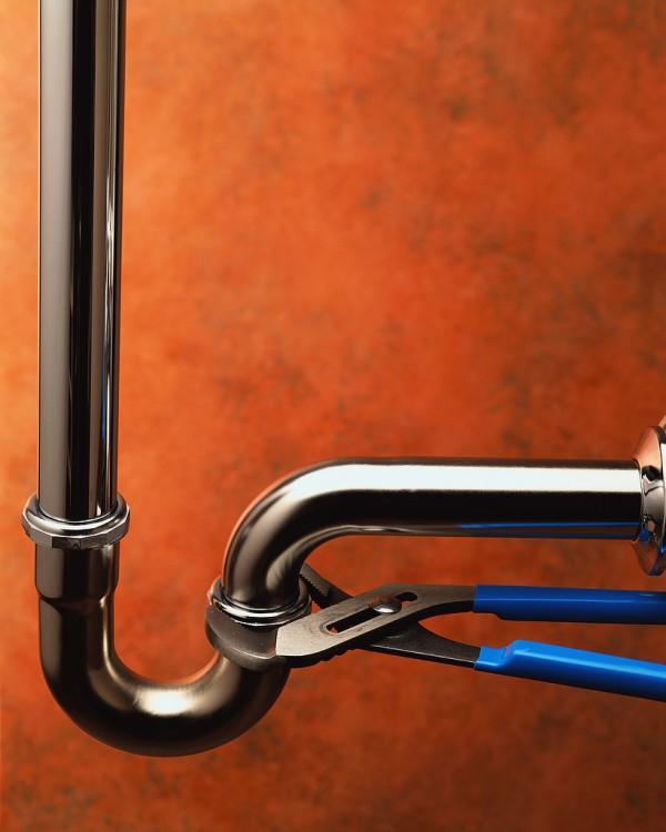 Una tubería con una pinza apretando un tubo