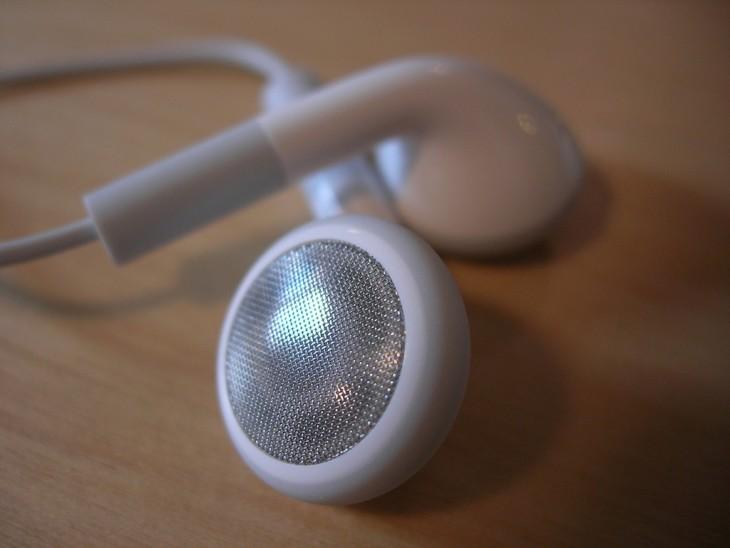 auriculares sobre una mesa