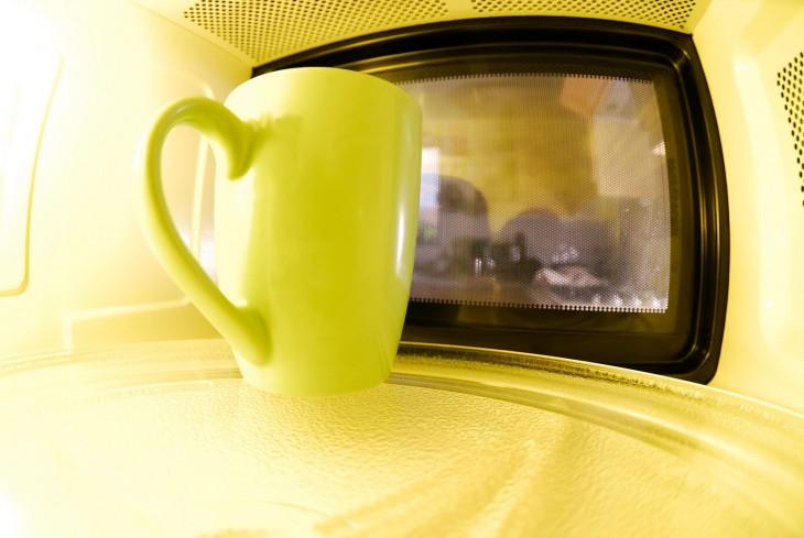 vaso con limón dentro de un microondas
