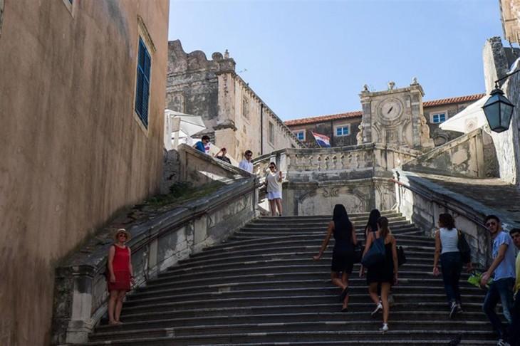 chicas subiendo unas escaleras en Escalera Barroca Dubrovnik
