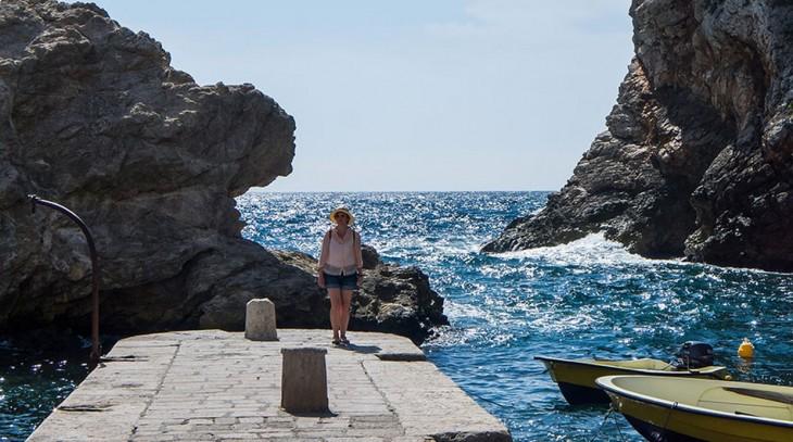 Asta Skujite-Razmiene en las murallas de Dubrovnik Old Town